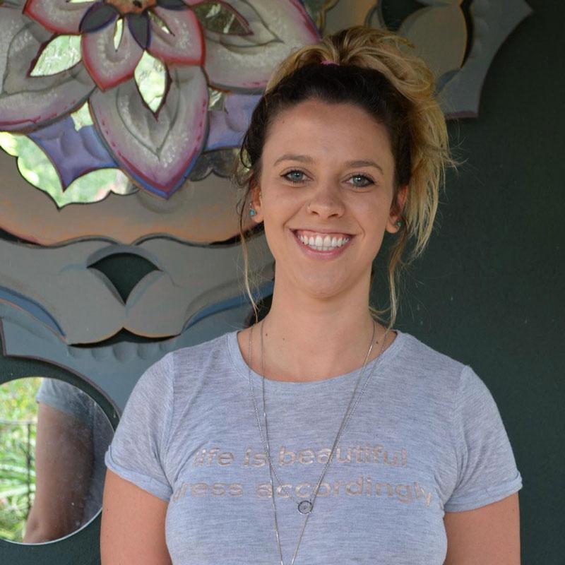 Para desenvolver o autoconhecimento, conheça as terapias que auxiliam - Shanti Devi (Stéfani Storch) Terapias: massagem energética